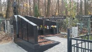 Мемориальный комплекс из черного гранита на участке неправильной формы
