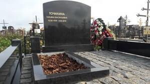 Строгий мемориальный комплекс из черного гранита на могиле небольшого размера