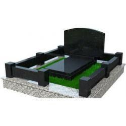 Мемориальный комплекс с массивным гранитным цоколем