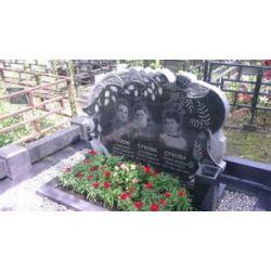 Мемориальный комплекс с резным надгробным памятником и невысоким цоколем