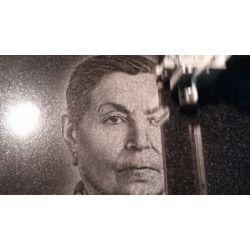 Все портреты мы делаем с помощью гравировального станка, он словно матричный принтер обеспечивает